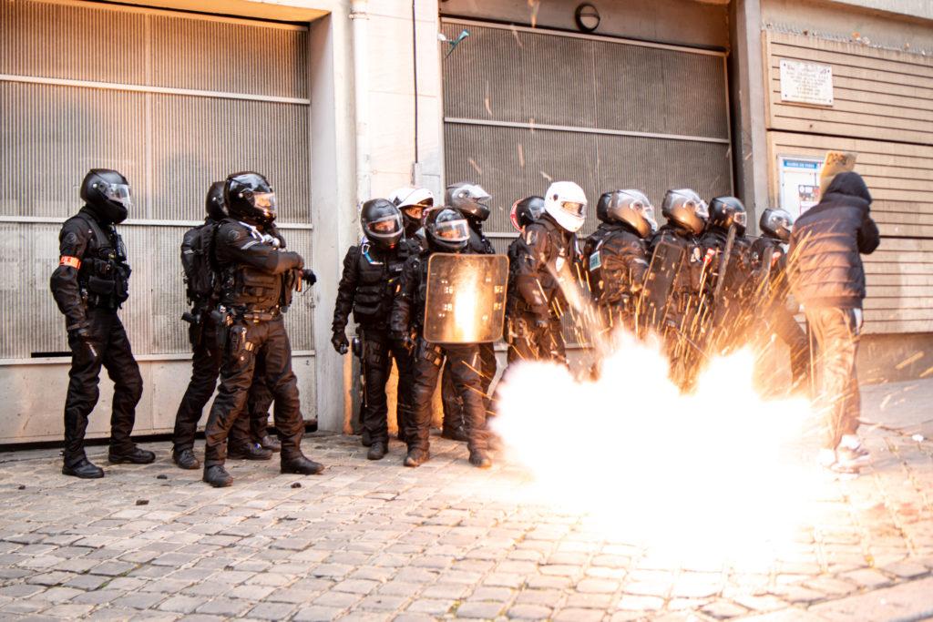 Une bouteille d'aérosol en Aluminium ressemblant à un déodoarant, sur laquelle un pétard a été scotché explose devant une unité BRAV-M, durant la manifesation du 5 décembre 2020 contre la proposition de loi dite Sécurité Globale