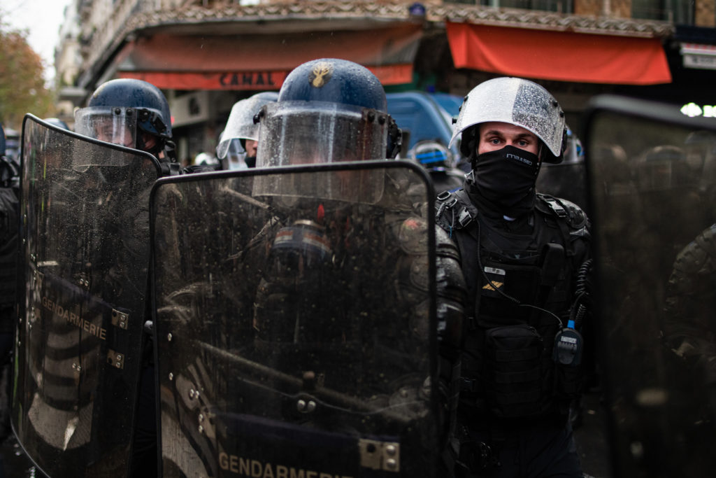 Un gendarme regarde le photographe, lors de la manifestation contre la proposition de loi dite Sécurité Globale le 12 décembre 2020.