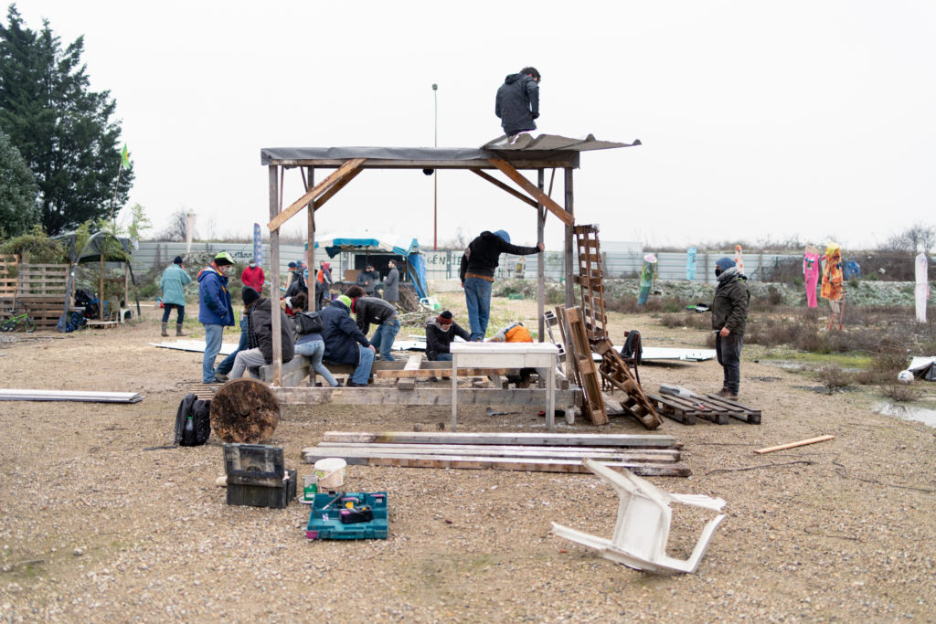 Le lundi 8 février 2021, deuxième jour d'occupation, des militants de la nouvelle ZAD de Gonesse montent une cabane destinée à accueillir les nouveaux arrivants