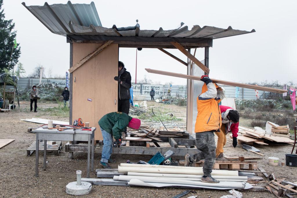 L'installation des murs de la cabane est lancée l'après-midi pour que celle-ci soit terminée avant la nuit