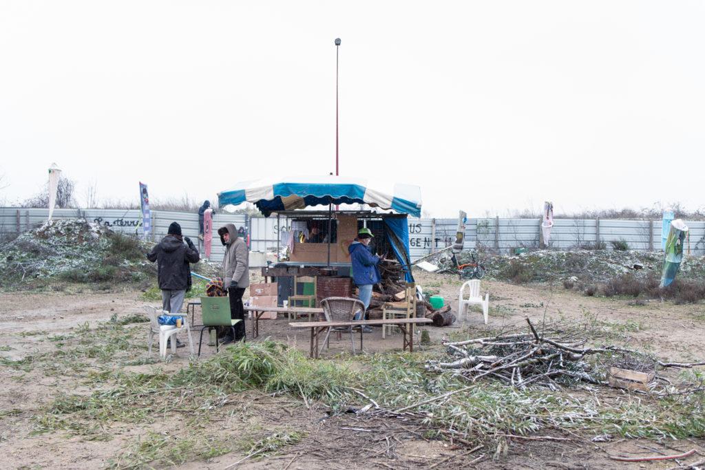 La première structure montée sur la ZAD fait office de cuisine et de zone de convivialité et d'échange avec son brasero, en attendant des lieux fermés comme la cabane en cours de construction