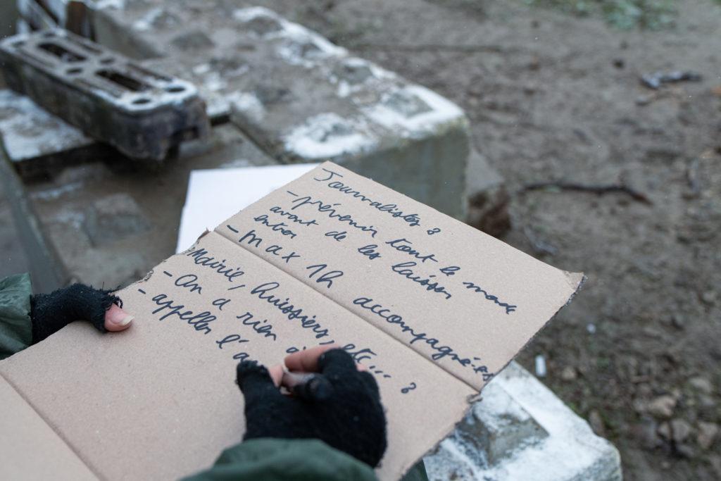 Suite à des discussions et un consensus entre les occupants, l'un d'eux rédige un affichage rappelant le comportement à adopter et les règles pour les visiteurs