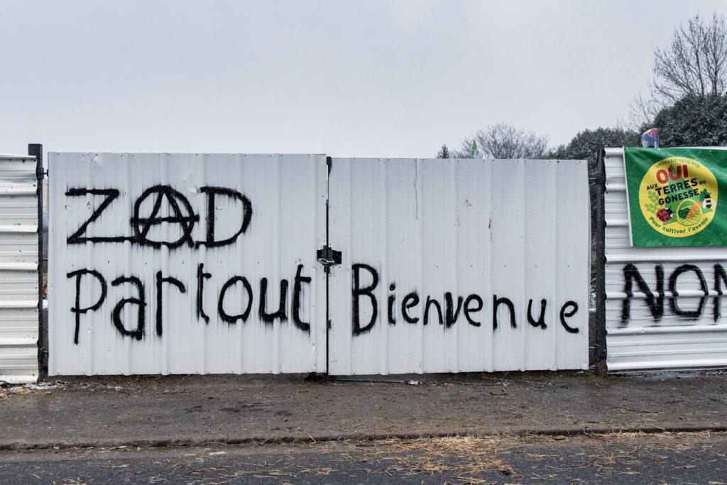 La ZAD est fermée pour se protéger d'une éventuelle expulsion. On voit sur le mur en taule la banderole du Collectif pour le Triangle de Gonesse
