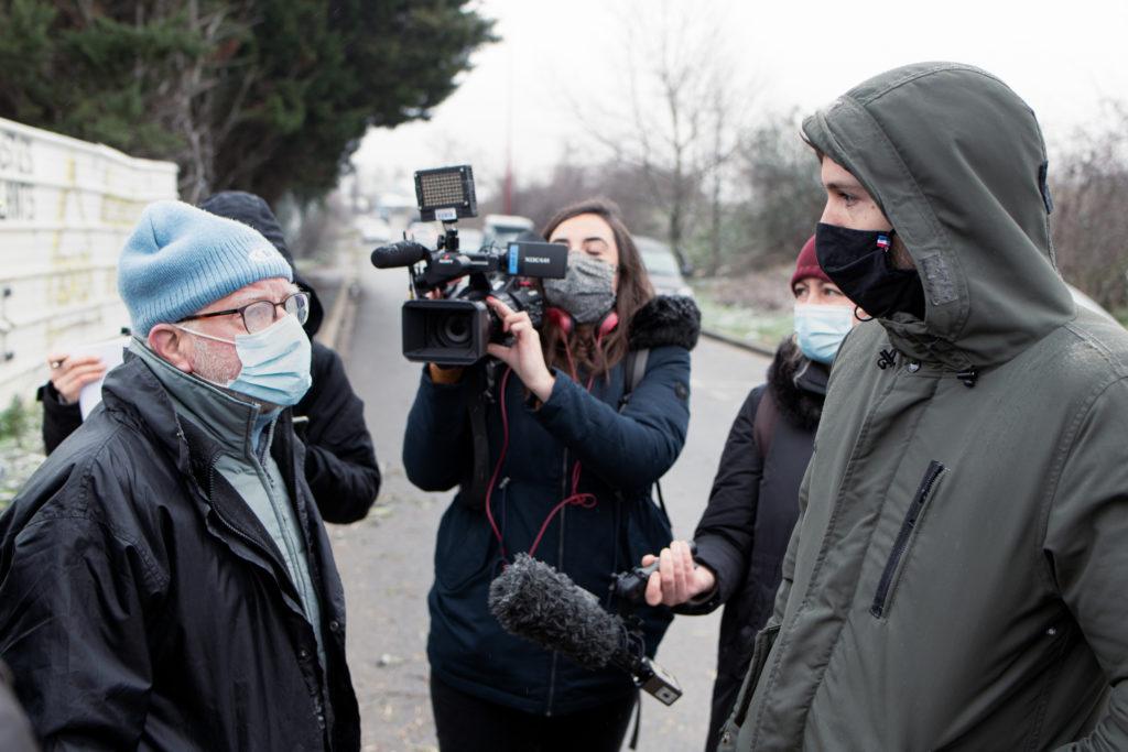 Un militant du Collectif pour le Triangle de Gonesse entame le dialogue avec la personne se présentant comme directeur de cabinet du Maire de Gonesse sous l'oeil de France
