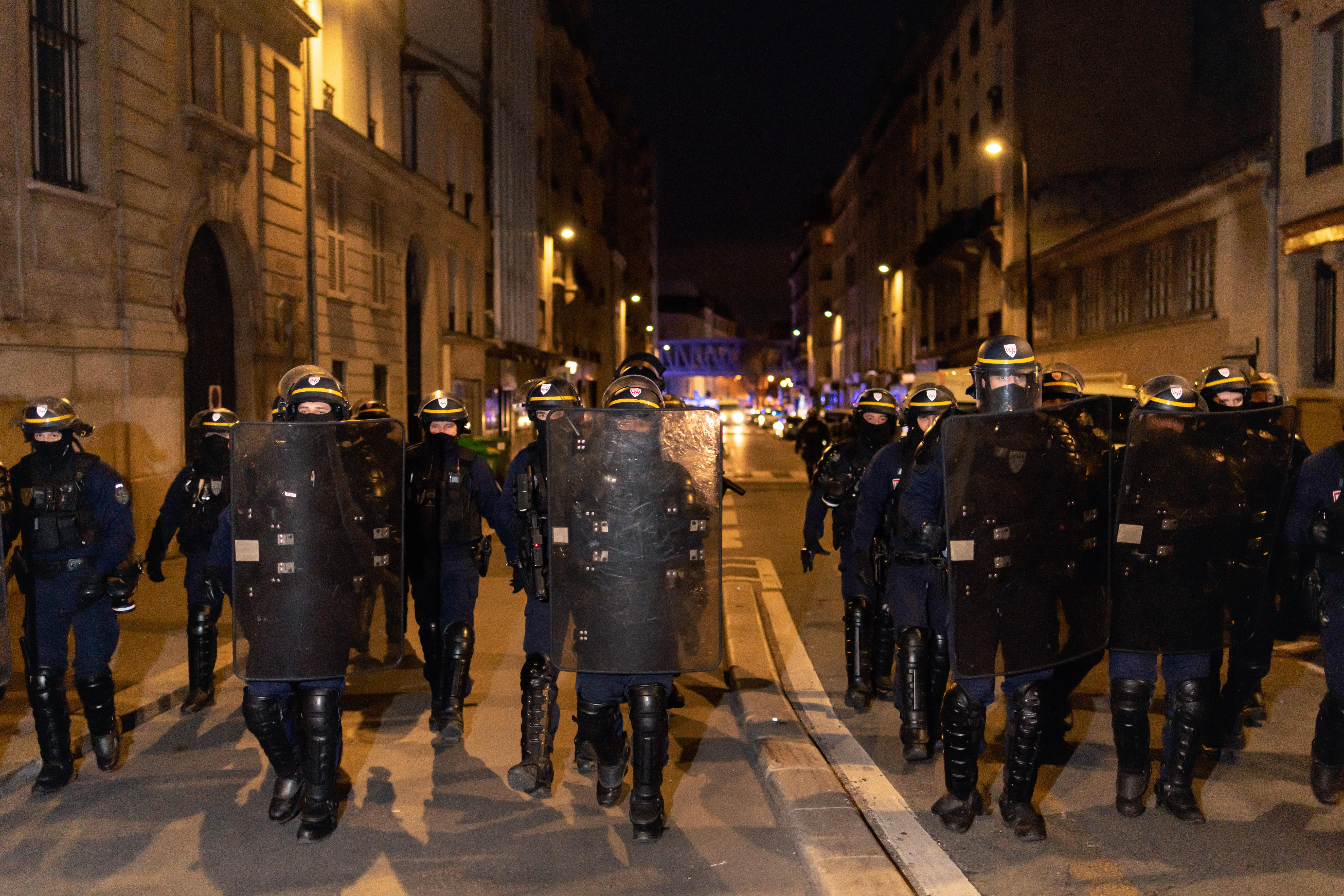 Des CRS s'avance en grand nombre face à quelques lycéens lors de la tentative de blocus du lycée Colbert dans le 10ème arrondisssement de Paris le 26 janvier 2021