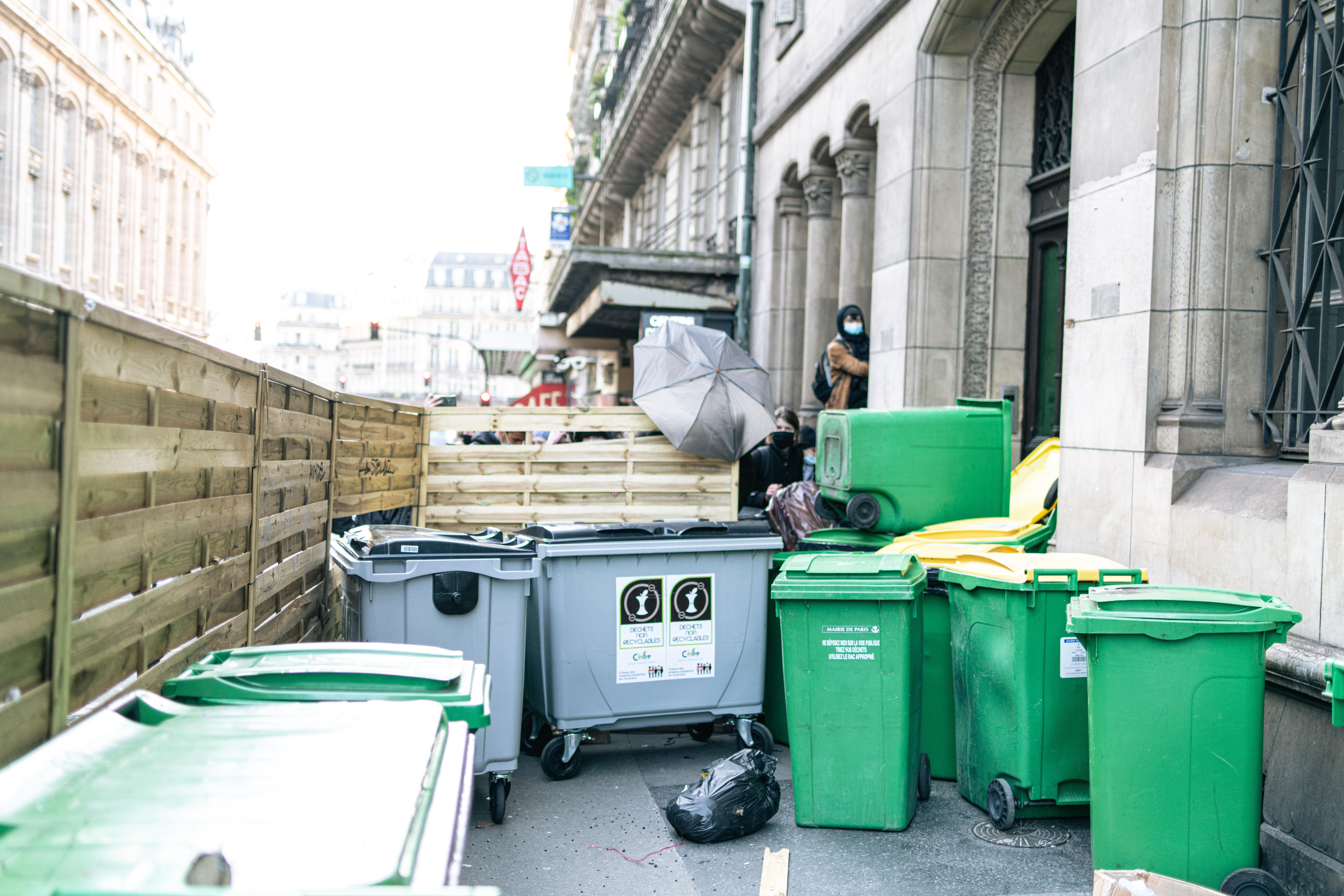 Des lycéens tentent de bloquer l'accès au lycée Racine en créant une barricade de bois et de poubelles devant le lycée Racine à Paris le 26 janvier 2021