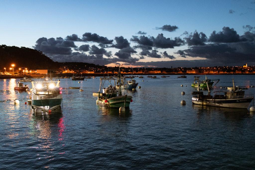 Les pêcheurs préparent leur bateau pour la dernière sortie de la saison pour la pêche à la coquille Saint Jacques le lundi 12 avril 2021 au port d'Erquy dans les côtes d'Armor