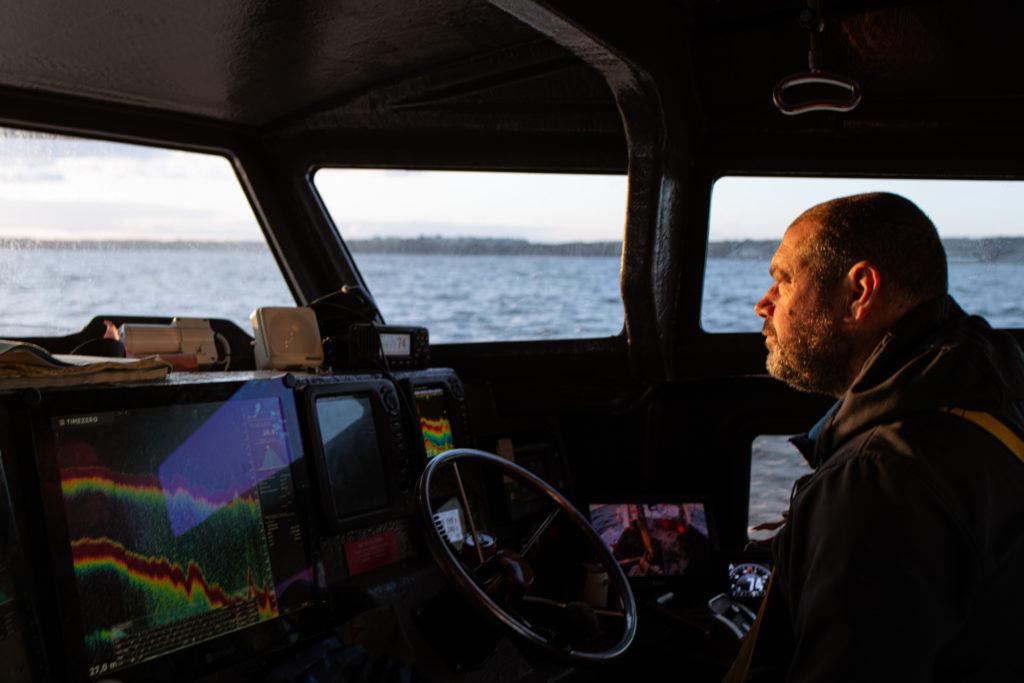 Le capitaine et patron pêcheur Eddy Blanchet se rend sur une zone de pêche de la coquille Saint Jacques entre le cap d'Erquy et le Cap Fréhel le lundi 12 avril 2021